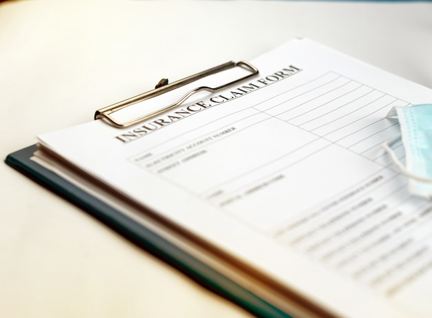 Formulario de reclamo puesto en la mesa