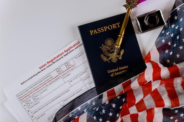 Formulario de registro de voto estadounidense para elecciones presidenciales con bandera de estados unidos y pasaporte