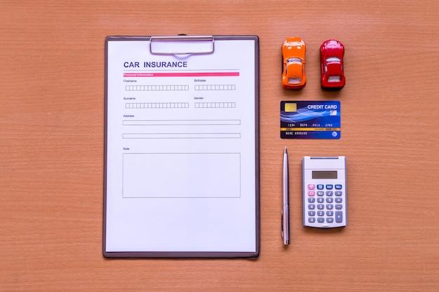 Formulario de seguro de automóvil con modelo y documento de póliza