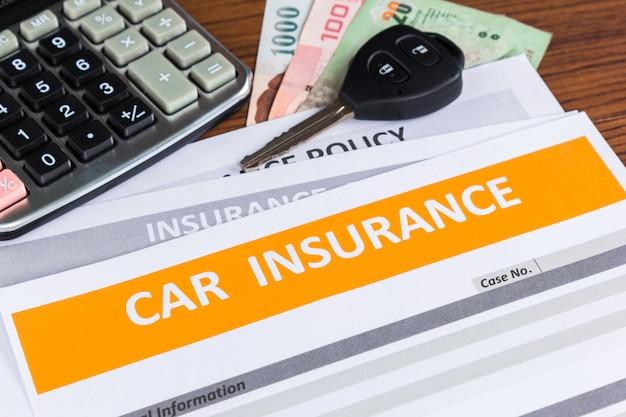 Formulario de seguro de coche con llave de coche.
