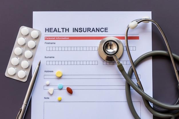 Formulario de seguro de salud con modelo y documento de póliza