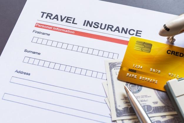Formulario de seguro de viaje con modelo y documento de póliza