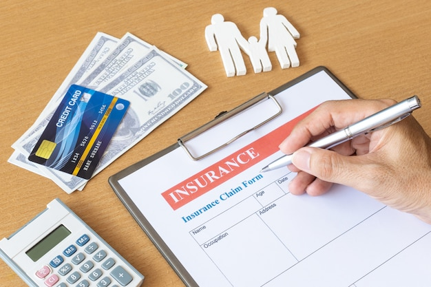 Formulario de seguro de vida familiar con modelo y documento de póliza