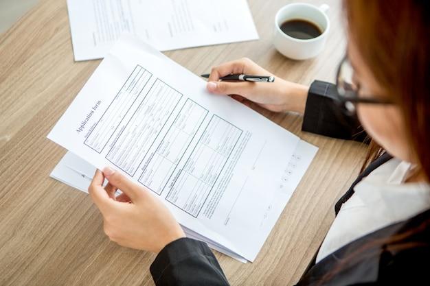Formulario de solicitud de lectura de negocios joven