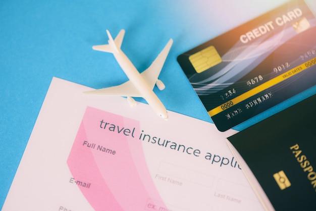 Formulario de solicitud de seguro de viaje con pasaporte, tarjetas de crédito, vuelo en avión, viaje, viajero, viajero, mosca, ciudadanía, tarjeta de embarque aérea, viaje, viaje de negocios