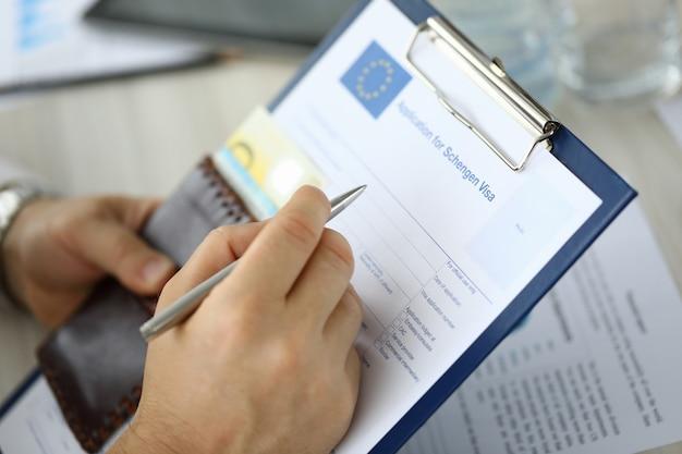 Formulario de visa de retención de mano masculina