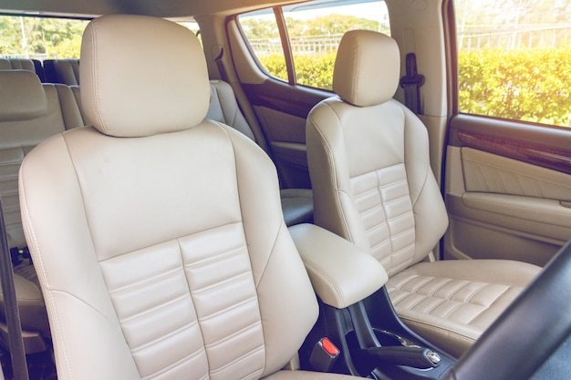 Fornt asientos de pasajeros en coche de lujo moderno