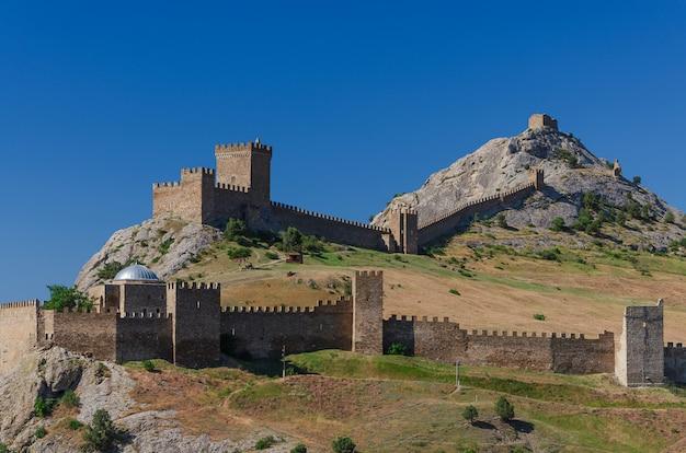 Fortaleza genovesa hermosa construida en rocas sobre el mar en la ciudad de sudak de crimea.