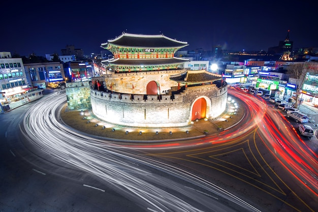 Fortaleza de hwaseong y luz de coche en suwon, corea