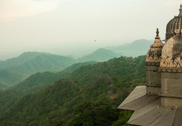 La fortaleza de kumbhalgarh es una fortaleza de mewar construida en aravalli hills en el siglo xv por el rey rana kumbha en el distrito de rajsamand, cerca de udaipur. es un sitio del patrimonio mundial incluido en hill forts of rajasthan.