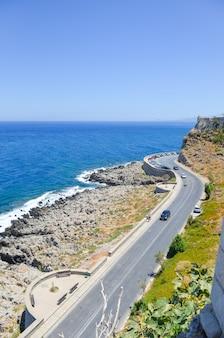 Fortaleza a orillas del mar azul