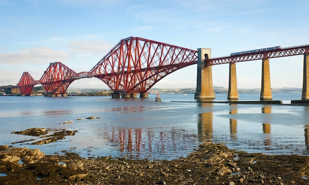 Forth bridge en escocia, reino unido