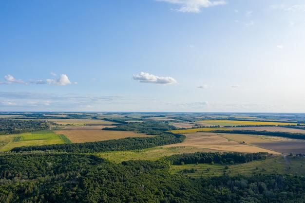 Foto aérea de un avión, vista superior, caminos de campo y ciudad