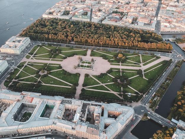 Foto aérea del centro de la ciudad, campo de marte. rusia, san petersburgo