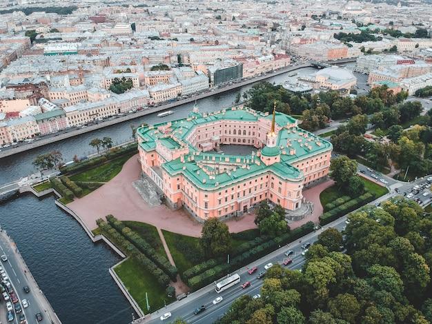 Foto aérea del centro de la ciudad, palacio mikhailovsky, palacio de ingeniería, hito, san petersburgo, rusia