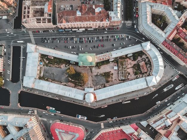 Foto aérea del centro de la ciudad, los techos de las casas antiguas, departamento estable. embarcaciones fluviales. rusia, san petersburgo