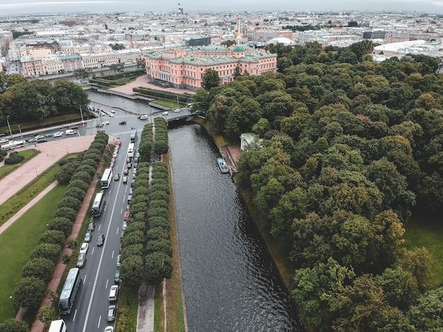 Foto aérea del río moika, el centro de san petersburgo, el parque mikhailovsky, el palacio mikhailovsky, el palacio de ingeniería, techos, barcos fluviales