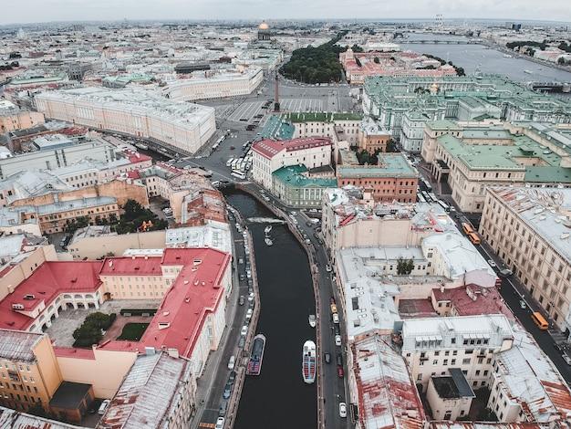 Foto aérea del río moika, el centro de san petersburgo, techos, barcos fluviales.