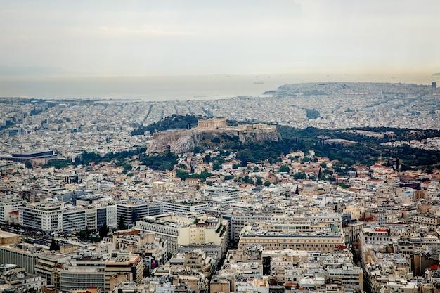 Foto aérea de la vista de pájaro de la icónica ciudad de atenas, grecia. gran ciudad. áreas residenciales. luz diurna