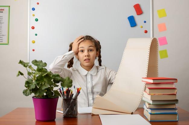 Foto de alumna sorprendida con una enorme lista de cosas por hacer