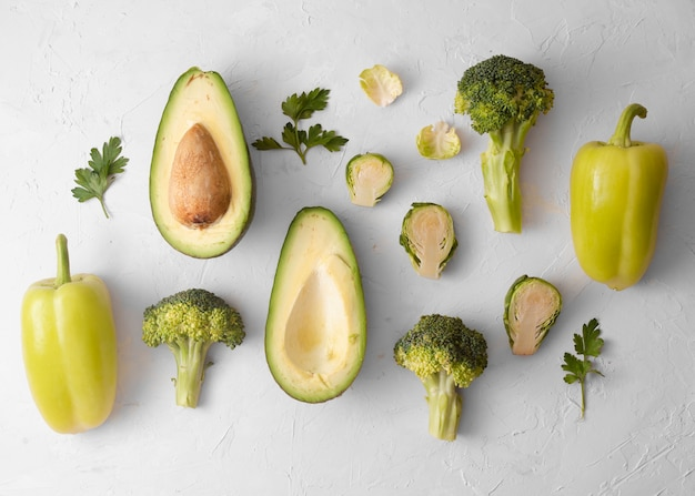 Foto artística de deliciosas verduras sobre fondo blanco.