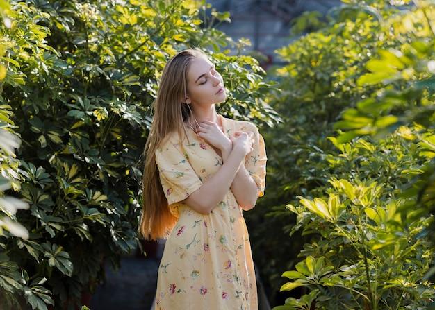Foto artística de una mujer posando en un invernadero