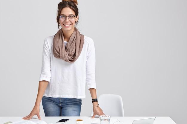 Foto de atractiva dama exitosa o maestra se prepara para estudiar seminario