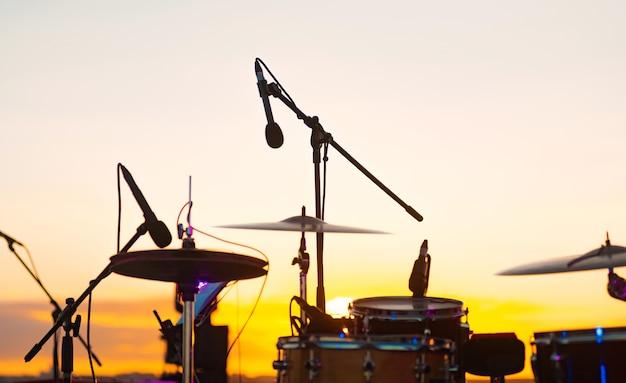 Foto de batería con micrófono profesional para sesiones en vivo al aire libre.