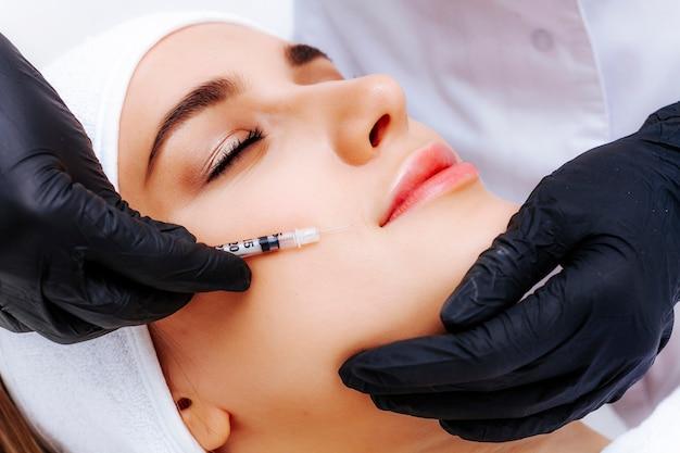 Foto biorevitalización del rostro en una clínica profesional de cosmetología. inyecciones anti-envejecimiento.