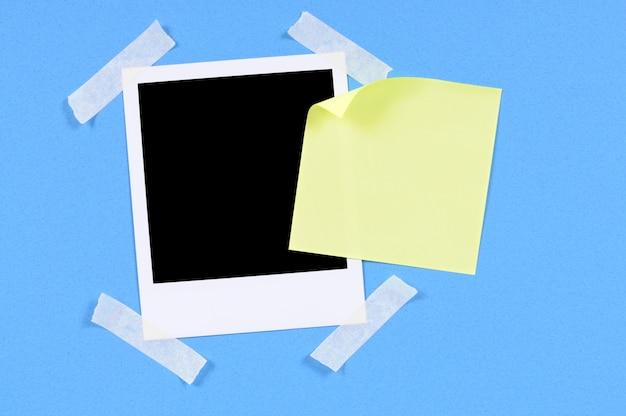 Foto en blanco de impresión con nota adhesiva amarilla