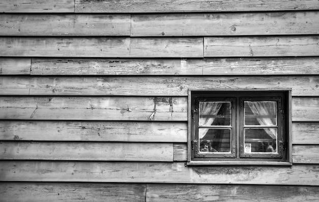 Foto en blanco y negro de una casa de madera.