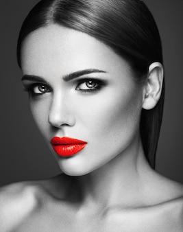 Foto en blanco y negro de mujer hermosa sensual modelo dama con labios rojos y cara de piel limpia y sana