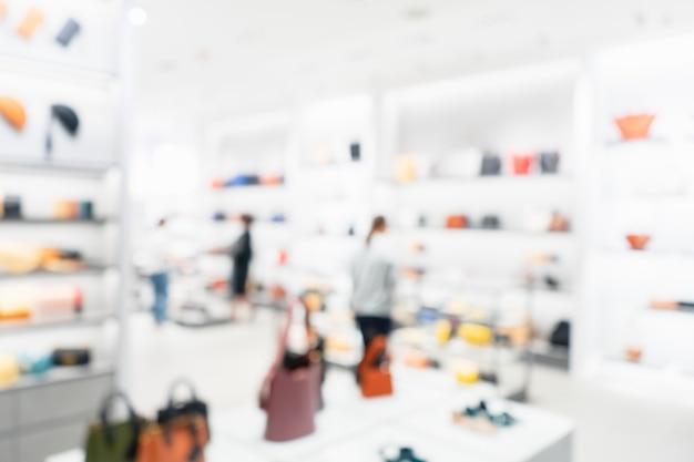 Foto borrosa abstracta de la tienda de bolso y zapatos en un centro comercial, concepto de compras. imagen borrosa del interior de la tienda de bolsos y zapatos.