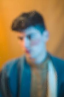 Foto borrosa de hombre guapo