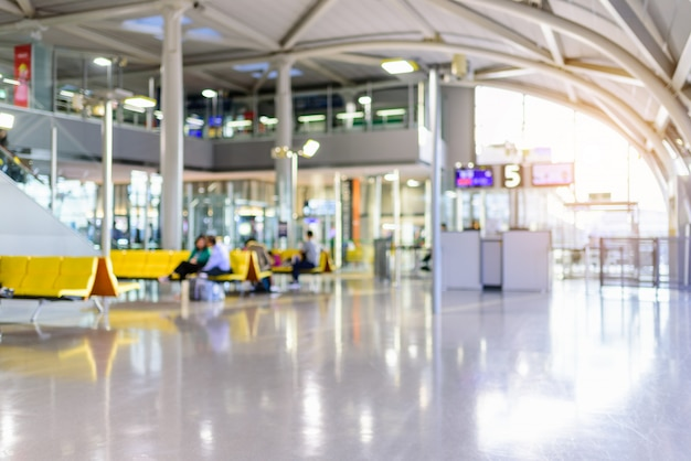 Foto borrosa: pasajero esperando registro de vuelo en terminal de aeropuerto