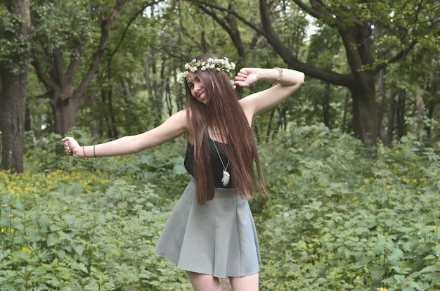 Una foto del bosque de una hermosa joven morena de aspecto europeo.