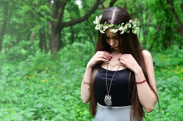 Una foto del bosque de una hermosa joven morena.