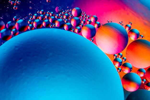 Foto de burbujas coloridas de oxígeno en agua