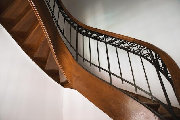 Foto de la caja de escaleras vintage, de algún hotel o residencia de lujo