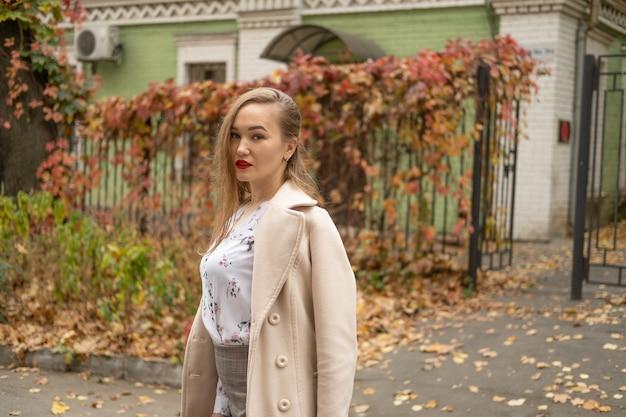 Foto de calle de joven bella mujer con ropa clásica con estilo. modelo mirando hacia abajo. concepto de moda femenina.
