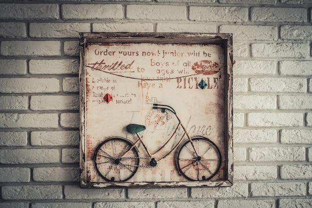 Foto casera de una bicicleta en la pared