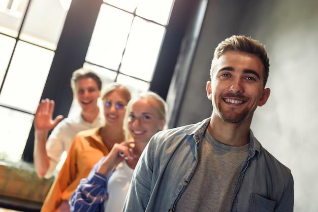 Foto de cerca de jóvenes empresarios permanecen juntos. concepto de unidad y trabajo en equipo.