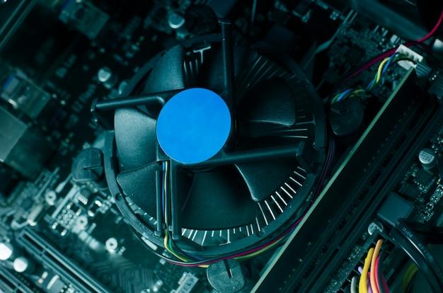 Foto de cerca con la placa base de la computadora y su ventilador.