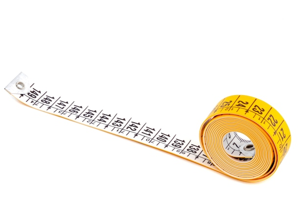 Foto de una cinta métrica a sobre fondo blanco