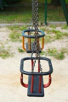 Foto de columpios para niños pequeños en un parque infantil público
