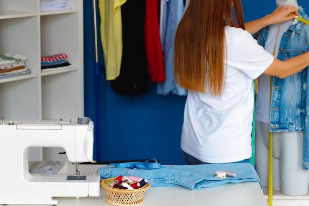 Foto de una costurera en el trabajo de cerca