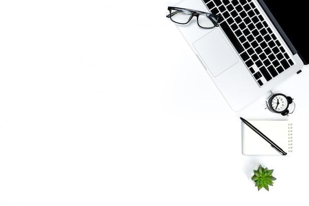 La foto creativa de la endecha plana del lugar de trabajo moderno con el ordenador portátil, el fondo del ordenador portátil de la visión superior y el espacio de la copia en el fondo blanco,