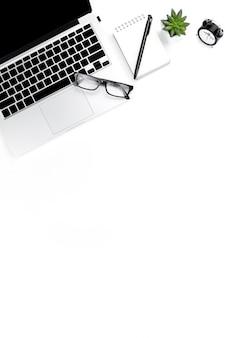 La foto creativa y laica del lugar de trabajo moderno con computadora portátil, fondo de la computadora portátil con vista superior y espacio para copiar