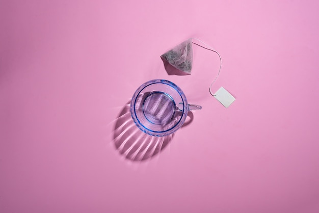 Foto creativa con una taza de cristal azul con hermosas sombras reflectantes