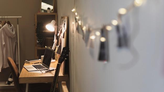 Foto cuerda que conduce al escritorio de la oficina en casa